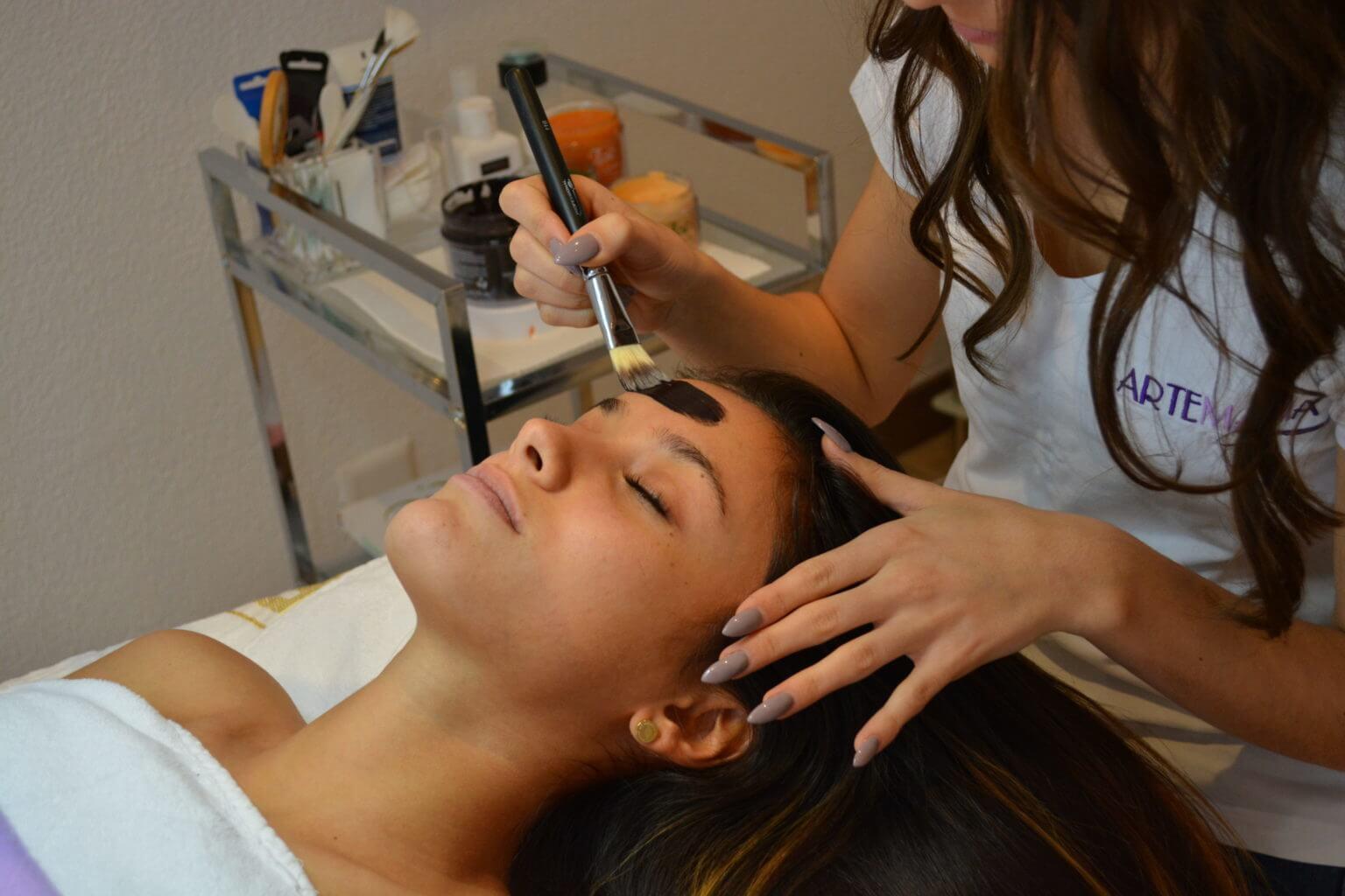 Gesichtsbehandlung - Kosmetik Artemania Fehraltorf - Nail Art - Beauty und Care 1